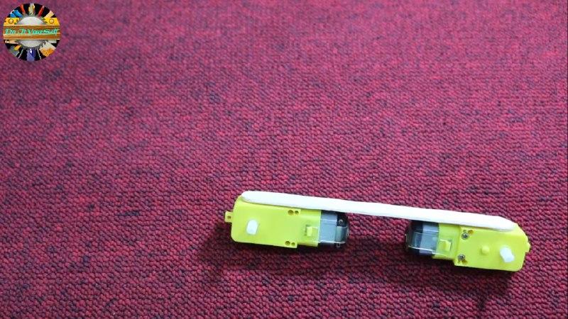 اتصال دو موتور گیربکس زرد با چوب بستنی در ربات همه جا رو - دیجی اسپارک