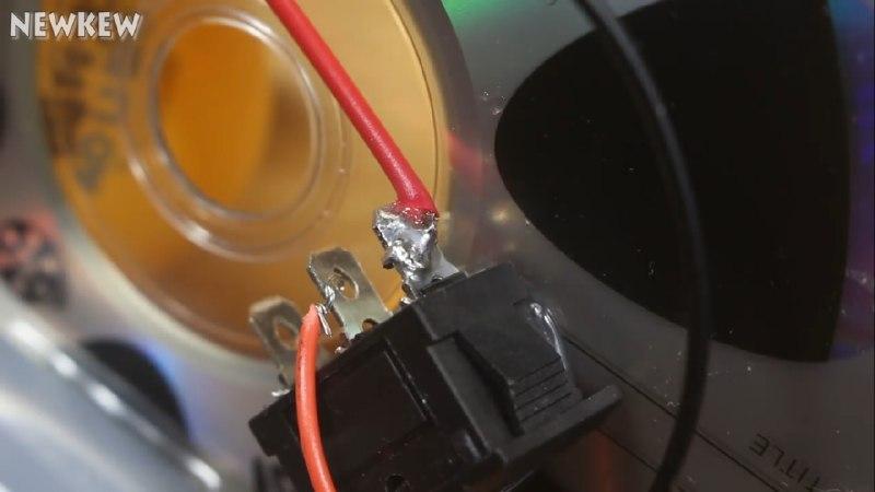 استفاده از کلید راکر برای خاموش و روشن کردن ربات شیطونک - دیجی اسپارک