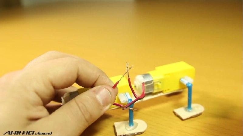 اتصال پایه های موتور آرمیچر به یکدیگر در ساخت کاردستی چوب بستنی - دیجی اسپارک