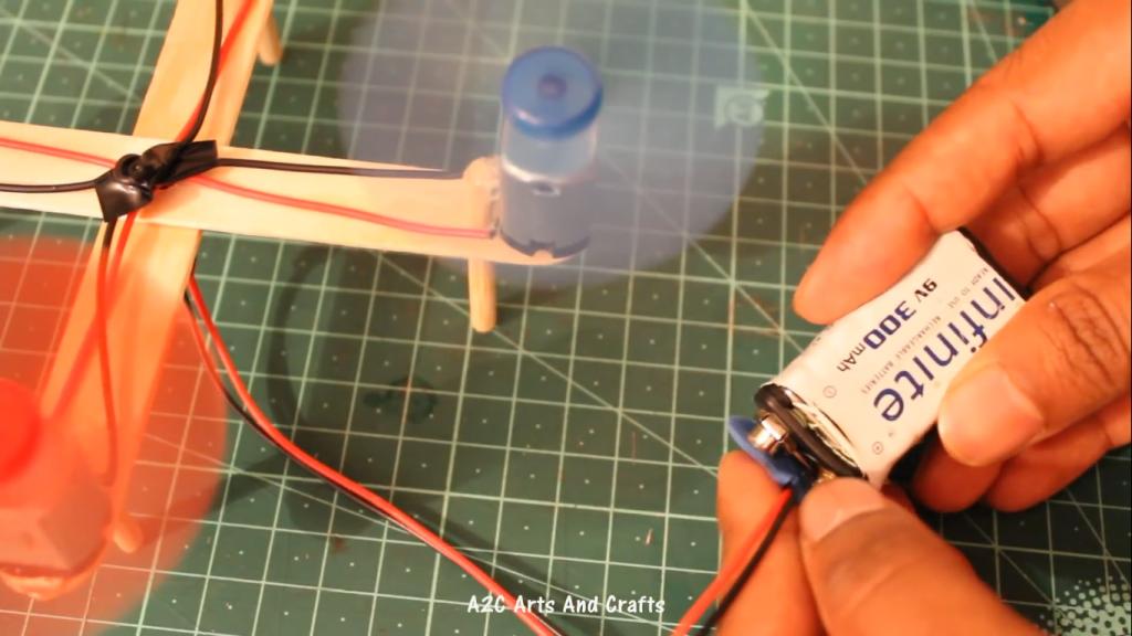 اتصال باتری کتابی برای تغذیه پهپاد کاردستی با چوب بستنی - دیجی اسپارک
